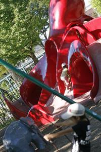 猛暑の中、遊ぶ子供を発見。きっと木陰があるから?@北鹿浜公園 - みるはな写真くらぶ