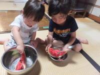 孫と果物 - アオモジノキモチ
