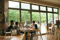 サーモンパーク千歳で食事する家族たち - 照片画廊