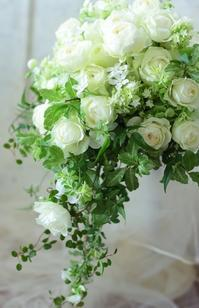 キャスケードブーケ 赤坂シュビア様へ ブルジョンドゥレーヴ - 一会 ウエディングの花
