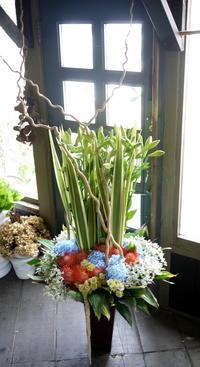 本社移転のお祝いにアレンジメント。江別市角山にお届け。2018/08/21。 - 札幌 花屋 meLL flowers