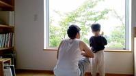 窓辺での朝のひととき - 成長する家 子育て物語