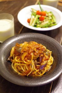 茄子とベーコンのスパゲティ、トマトソース。 - おおぐらい通信