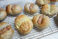 ゴマソーセージパン♪ - ふくすけのコネコネ 編み編み てくてく日記