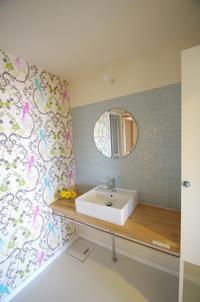 タイルの壁と木製カウンターの洗面台 - K+Y アトリエ一級建築士事務Blog