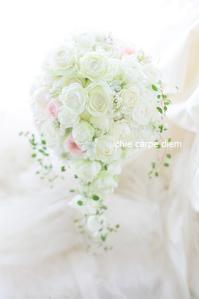 セミキャスケードブーケ 高輪貴賓館さまへ9月のはじめ、白のバラの中にほんのりピンク - 一会 ウエディングの花