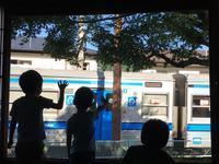 抜群のトレインビュー!『宿ぽっぽや』さんからラブライブラッピング車両を見る! - 子どもと暮らしと鉄道と