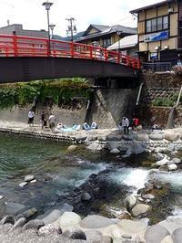 涼を求めて川遊び (In riva al fiume) - エミリアからの便り