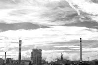 製紙工場の煙突 - 長い木の橋