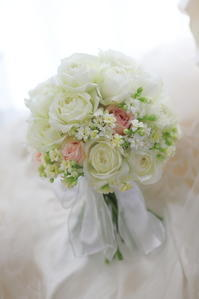 クラッチブーケ 白のまるいばら、セピアピンクをさしいろに - 一会 ウエディングの花