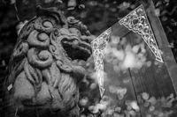 金ぴか装飾を叱り飛ばす狛犬 - Silver Oblivion