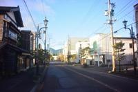 鶴岡市本町二丁目の鷹小屋小路 - 「 ボ ♪ ボ ♪ 僕らは釣れない中年団 ♪ 」Ver.1
