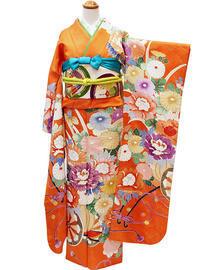 華やかさ抜群、オレンジカラーの古典柄振袖 - それいゆのおしゃれ着物スタイル