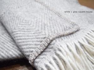 ラプアンカンクリのショールで冬支度 & ダイソーの白黒使い捨てパックで運動会弁当 - 白×グレーの四角いおうち