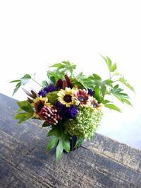 七回忌のアレンジメント。「紫入れて、明るく、はっきりした感じ」。2018/09/12。 - 札幌 花屋 meLL flowers