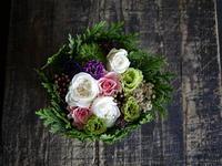 お祖母様のお誕生日にタルト型アレンジメント。「白、ピンク、濃い紫、グリーン」。2018/09/15。 - 札幌 花屋 meLL flowers