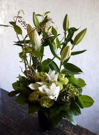 枕花にアレンジメント。「白系」。北7条にお届け。2018/09/15。 - 札幌 花屋 meLL flowers