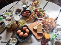 【おうちカフェ】手土産でもらった高級なハッピーターン&にぎやかな朝食テーブル - 10年後も好きな家