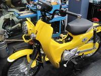 黄色いクロスカブ - バイクの横輪