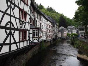 """433「それは""""アイフェルの真珠""""と呼ばれる谷あいの美しい小さな街…!」ドイツ、モンシャウ -"""