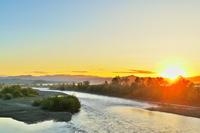 日の出 サギの刻 - 今朝の一枚 石狩川の朝