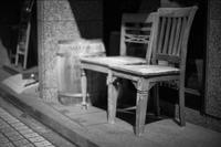 不揃いな椅子に座る透明人間のカップル - Silver Oblivion