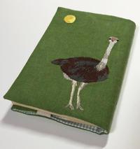 「満月とダチョウ」の刺繍文庫本カバーを作りました。 - vogelhaus note