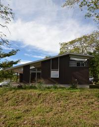 一年点検で小淵沢K邸へ秋空と焼杉の外壁 - kukka  kukka
