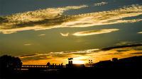 黄金色に輝く雲 - 長い木の橋