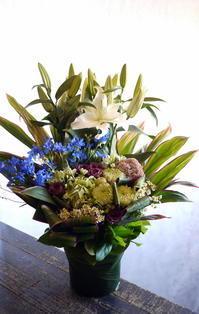 一周忌のアレンジメント。厚別中央2条にお届け。2018/09/20。 - 札幌 花屋 meLL flowers