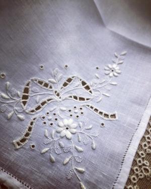 凛とした白糸刺繍のテーブルセンター - 東京・自由が丘  井上ちぐさの刺繍&カルトナージュ教室  Atelier Claire(アトリエクレア)