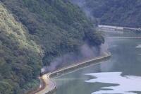 球磨川沿いの道にスポットライトが射し込む- 2018年・肥薩線 - - ねこの撮った汽車