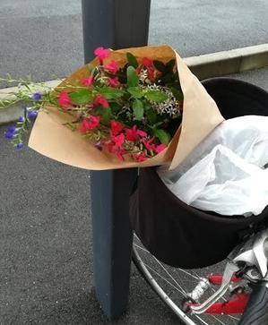 自転車のカゴに花を乗せて - 今日も自転車で行く?