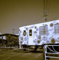 現れたサイケな列車に仰け反る踏切待ちの透明人間 - Film&Gasoline