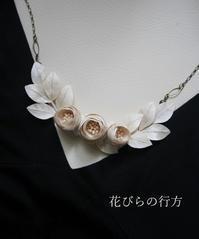 コロン咲き**小さな薔薇のネックレス~少しカタチを変えられます - 布の花~花びらの行方 Ⅱ