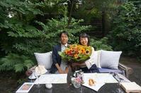 卒花嫁様アルバム ご主人さまから奥様へ、うでいっぱいの向日葵を、3年後のご結婚記念日とお誕生日のお祝いに - 一会 ウエディングの花