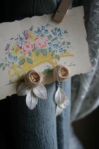 コロンと丸くて小さな薔薇の~揺れるイヤリング(アシンメトリー) - 布の花~花びらの行方 Ⅱ
