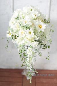 セミキャスケードブーケ ヨコハマグランドインターコンチネンタル様へ コスモスとバラとウェディングドレス - 一会 ウエディングの花
