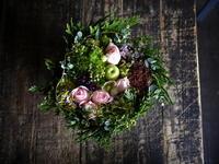 お誕生日の女性へのタルト型アレンジメント。「淡いピンク~グリーン、優しげに」。南1西28にお届け。2018/09/27。 - 札幌 花屋 meLL flowers