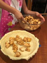 昨晩は夕飯終わってから、8歳の娘とアップルパイ作り。 - 黒豆日記