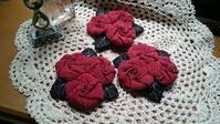 赤い巻き薔薇のコサージュ - Anjyuのキルト生活