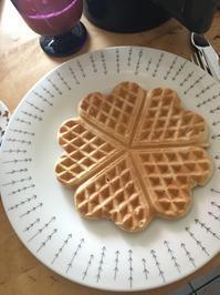 朝食に手作りワッフルとiittala - 築80年のアパート暮らし