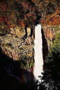華厳の滝怒涛のごとく水が落ちる - 風の香に誘われて 風景のふぉと缶