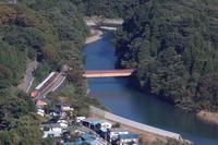 緑の渡良瀬渓谷に紅一点の機関車- わたらせ渓谷鉄道・2018年秋 - - ねこの撮った汽車