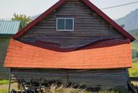 凹んだ屋根の納屋 - inside out