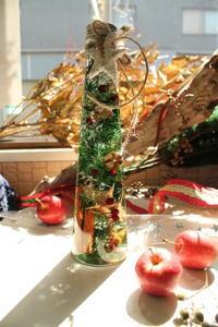 クリスマスツリー風ハーバリウム - 北赤羽花屋ソレイユの日々の花