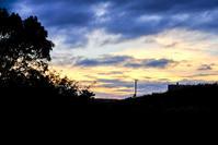 秋の夕暮れ - 長い木の橋