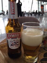 搭乗まで時間がありますので、お土産を買った後、ビールを飲んでくつろぎます! - せっかく行く海外旅行のために