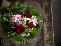 お母様の喜寿のお祝い花束。「はっきりした色合いで」。2018/10/11。 - 札幌 花屋 meLL flowers