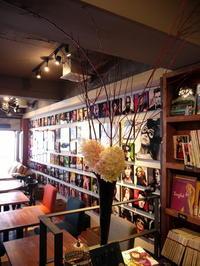 今週のWORLD BOOK CAFEさんは「サンゴミズキとミナヅキ」。2018/10/13。 - 札幌 花屋 meLL flowers